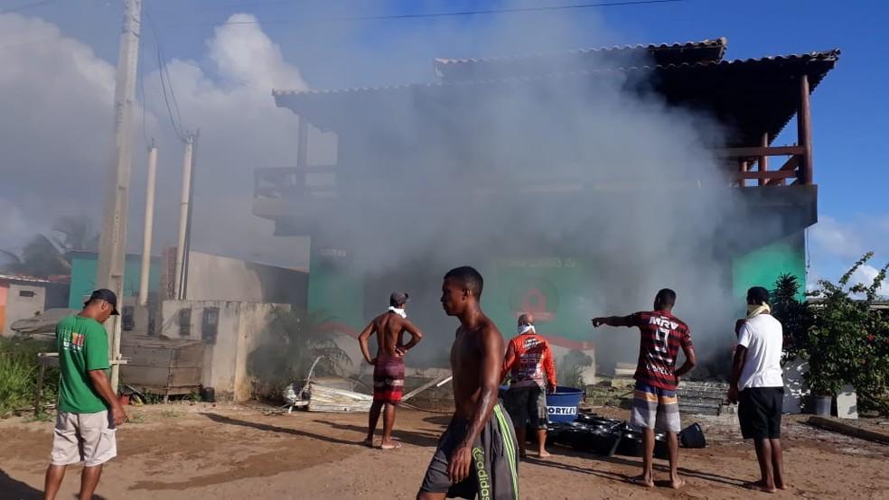 Incêndio tomou conta de loja de materiais de construção em Maraú, no baixo sul da Bahia — Foto: Camamu Notícias