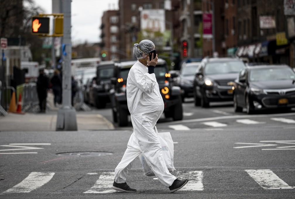 Mulher grávida é vista com roupas protetoras contra a Covid-19 em Nova York, no dia 27 de abril. — Foto: Johannes Eisele / AFP