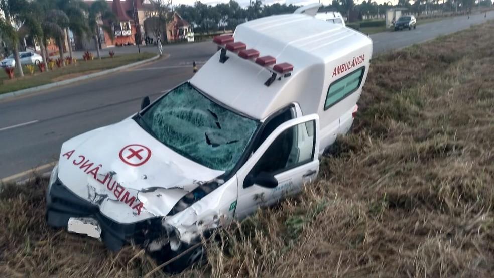 Ambulância ficou destruída após acidente na BR-116, no sudoeste da Bahia — Foto: Divulgação/PRF