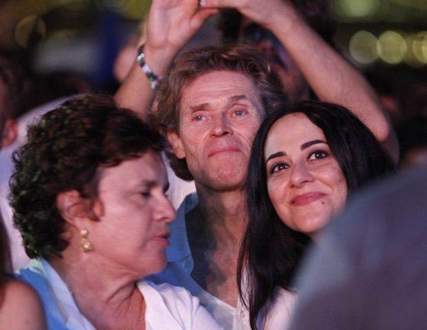 Willem Dafoe e a mulher, Giada Colagrande, no show de Gilberto Gil na praia de Copacabana (Foto: Marcos Ferreira/ Brazil News)