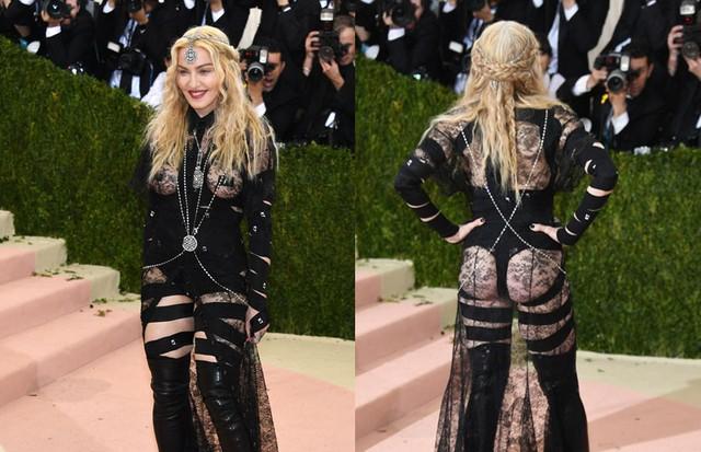 """Madonna no look ousado de Riccardo Tisci para Givenchy, que causou a maior polêmica e levou a cantora a responder as críticas no Instagram: """"No f****s to give"""". (Foto: Getty Images)"""