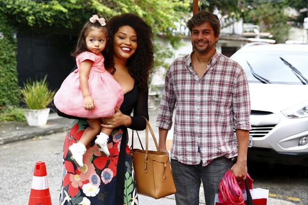 Juliana Alves, o marido, Ernani Nunes, e a filha, Yolanda (Foto: Roberto Filho/BrazilNews)