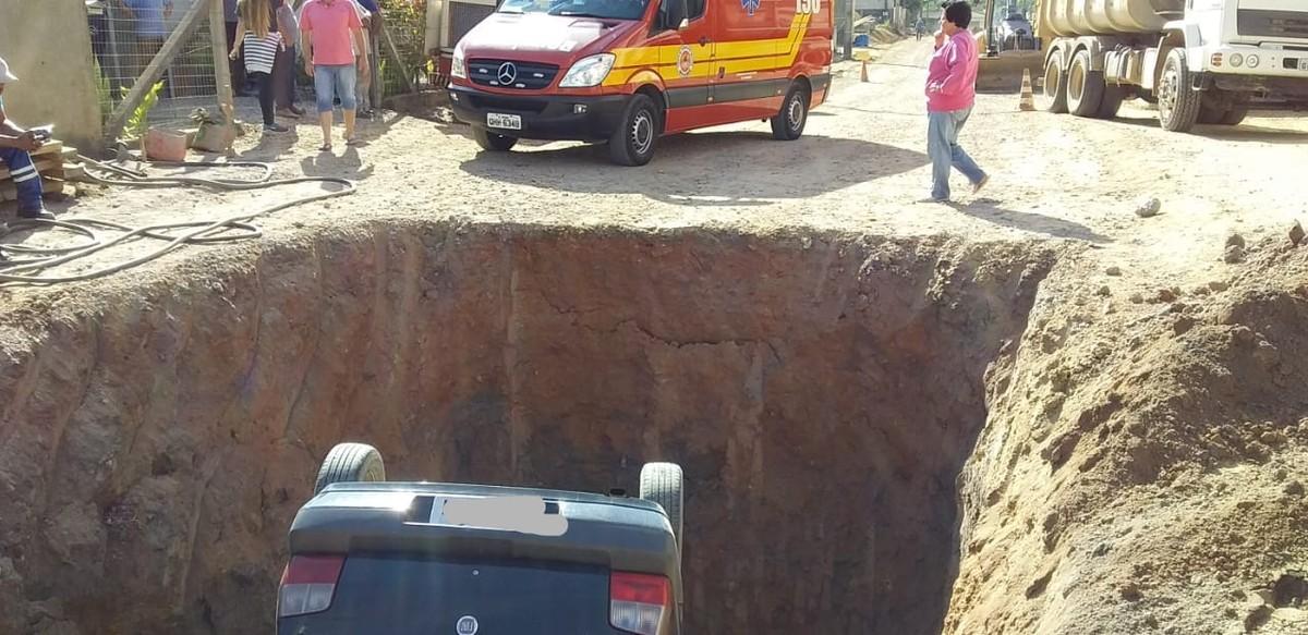 Carro cai com rodas para cima em buraco de quase 3 m em SC e motorista fica ferido