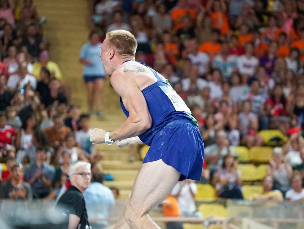 Piotr Lisek comemora o melhor salto da temporada com 6,02m — Foto: Divulgação/IAAF