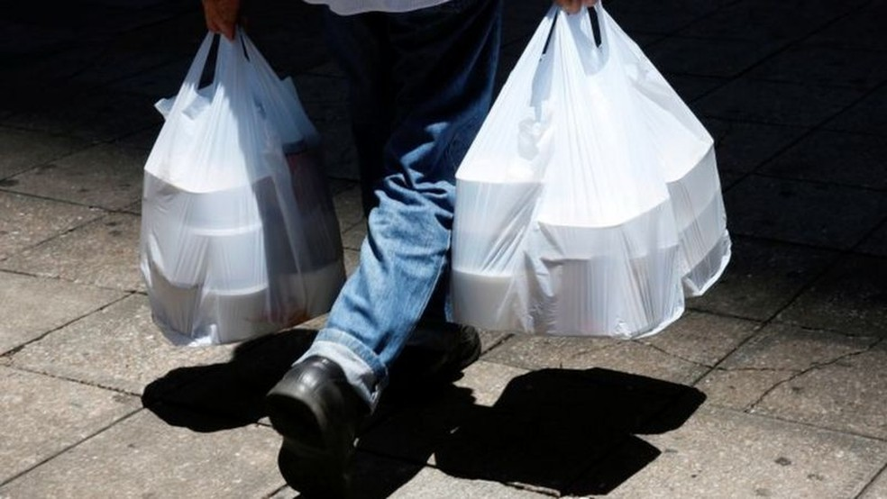 Homem buscando comida em meio à pandemia; delivery, comércio eletrônico e materiais hospitalares descartáveis fizeram uso de plástico explodir — Foto: Reuters