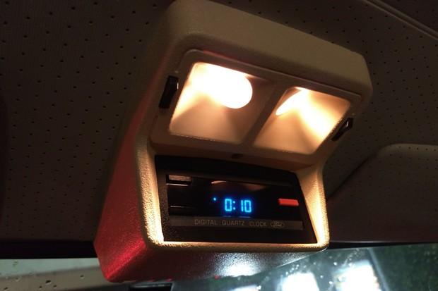 Relógio de teto poderia ter vindo de um Boeing e é um dos pontos mais lembrados da linha (Foto: Marcelo Reinert/Autoesporte)