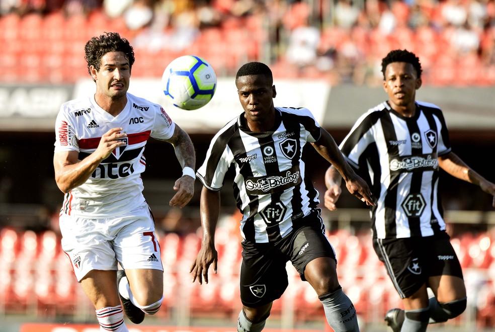 Derrotado na estréia Botafogo de Barroca tem muita posse no Morumbi, mas roda demais a bola e pouco cria