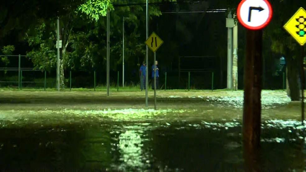 Funcionários da Defesa Civil observam alagamento na região da Pampulha, em Belo Horizonte, na madrugada desta sexta-feira (24) — Foto: Reprodução/TV Globo