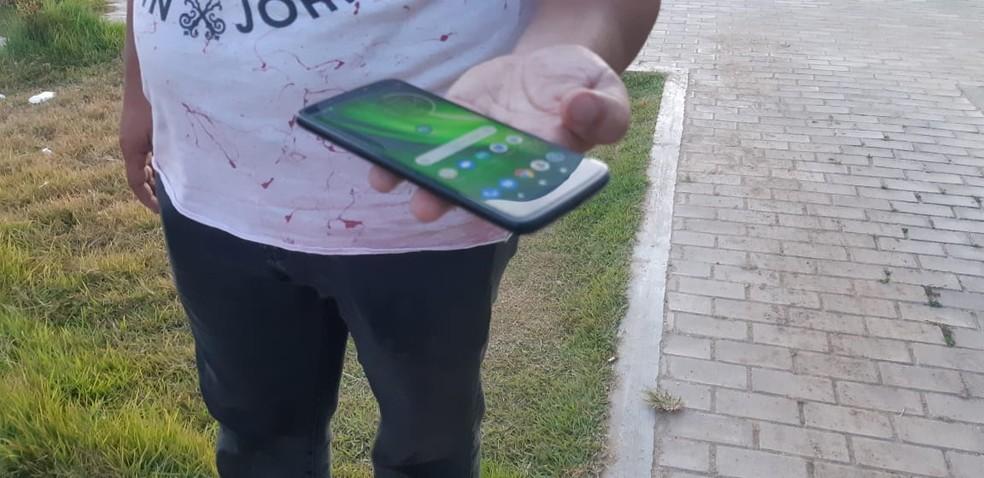 Vítima de assalto recupera celular após localizar aparelho em site de vendas e armar emboscada para receptador em Fortaleza. — Foto: Leabem Monteiro/SVM