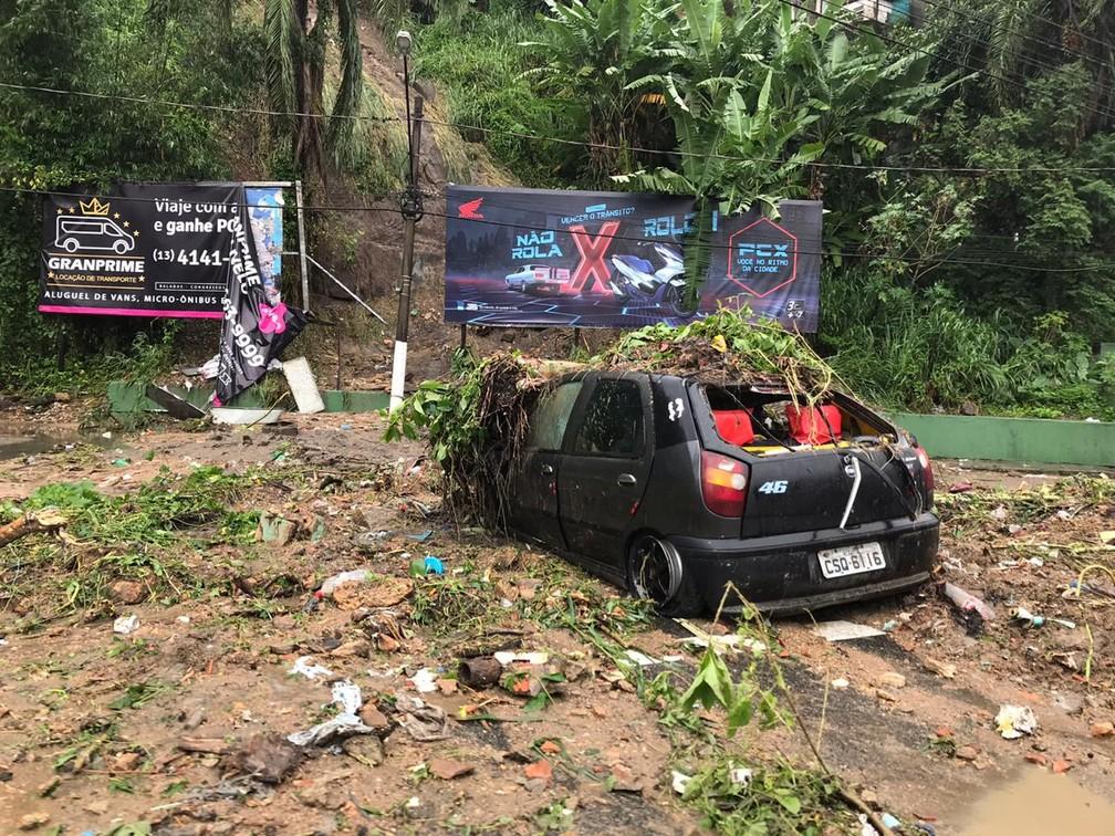Veículo ficou preso no Morro do Pacheco, na entrada de Santos (SP) — Foto: Letícia Gomes/G1