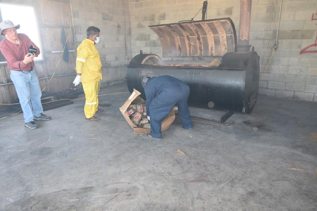 Carregamento de cocaína foi incinerado em 17 de dezembro de 2020 nas Ilhas Marshall — Foto: Reprodução/Departamento de Polícia das Ilhas Marshall