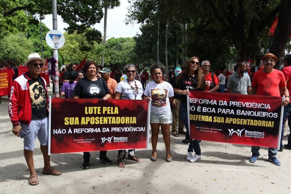 Representantes de centrais sindicais participaram do ato do Dia do Trabalhador, nesta quarta-feira (1º), no Centro do Recife — Foto: Marlon Costa/Pernambuco Press