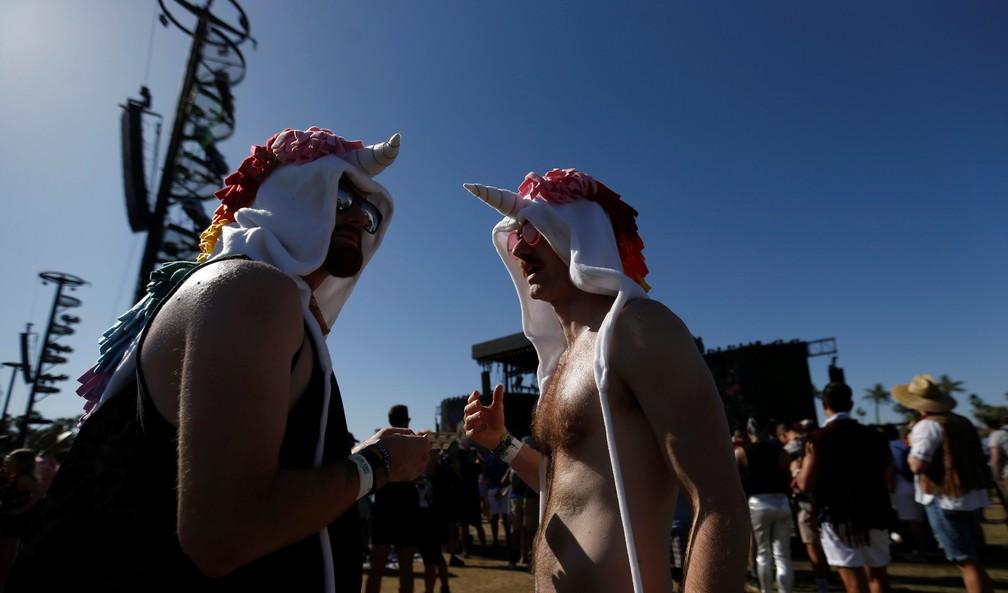 Frequentadores do festival Coachella 2018 com fantasia de unicórnio (Foto: Mario Anzuoni/Reuters)