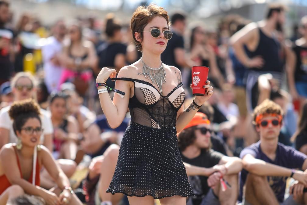 bc77ae2f0 ... Sutiãs à mostra e transparências dominam looks femininos no  Lollapalooza 2018 — Foto  Fabio Tito