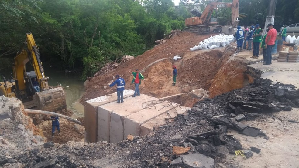 Cratera se abriu nesta sexta (6) em Manaus na Av. Djalma Batista  — Foto: Paulo Paixão/Rede Amazônica