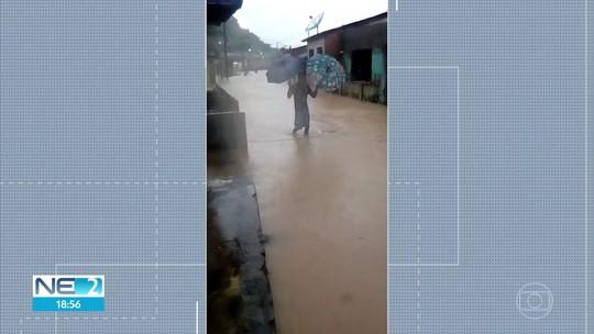 Chuva deixa ao menos 100 famílias desalojadas e ruas alagadas em Barreiros