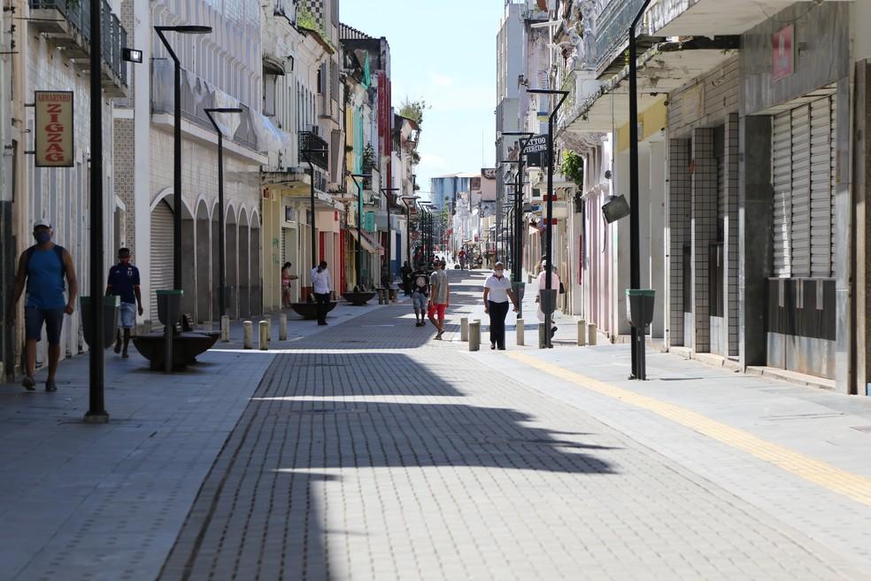 Pessoas caminham na Rua Grande, principal centro de comércio de São Luís — Foto: Adriano Soares/Grupo Mirante