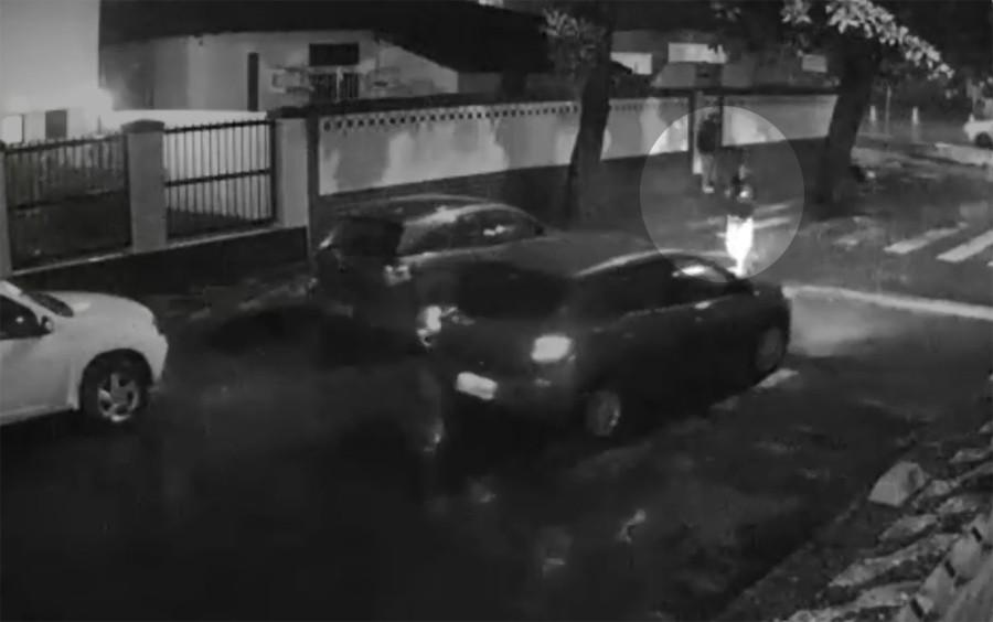 VÍDEO: Dupla armada rende casal e rouba carro no bairro do Costa Azul, em Salvador