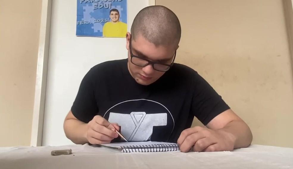 Carlos Eduardo, de 18 anos, tem no desenho uma de suas paixões; ele foi aprovado em design gráfico no IFPE — Foto: Reprodução/TV Globo