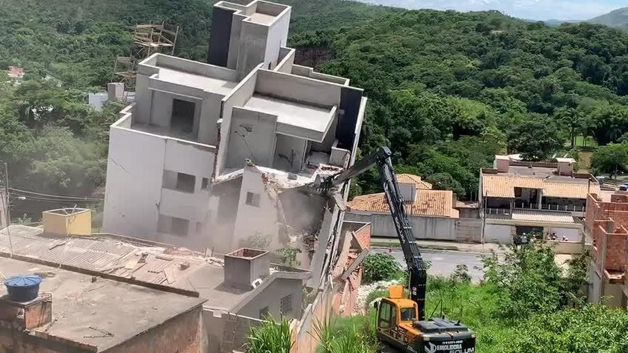 Prédio começa a ser demolido em Betim