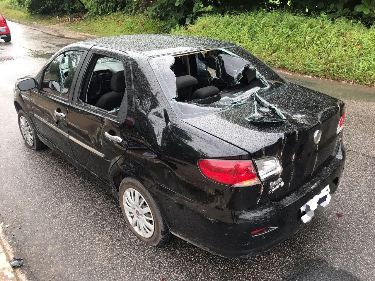Motoqueiro se envolve em acidente e com raiva pega picareta e destrói carro em João Pessoa