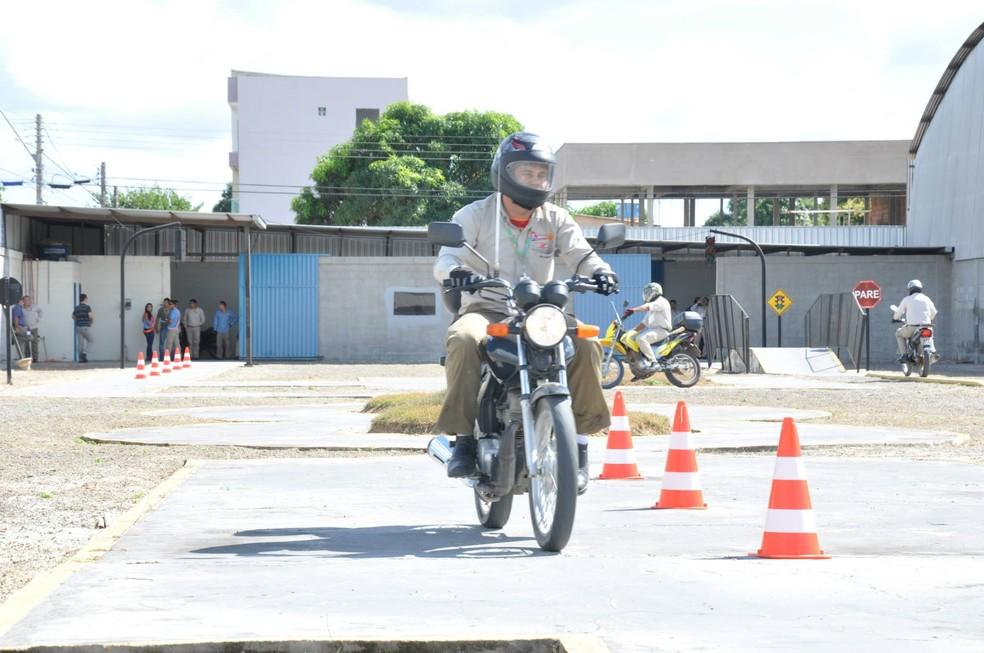 Motociclistas terão aulas e exame em vias públicas para tirar CNH (Foto: Honda/Divulgação)