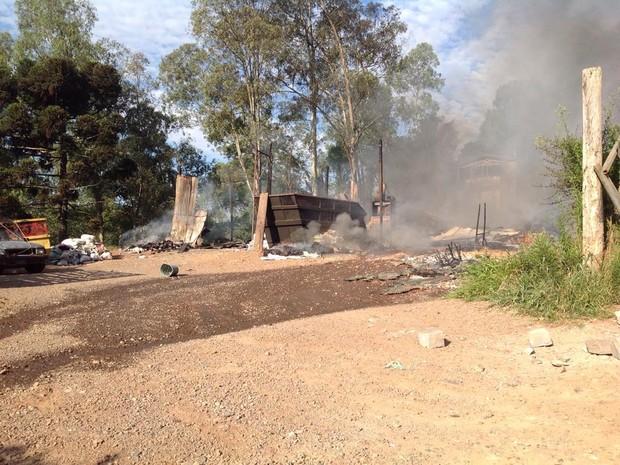Pavilhão de reciclagem foi destruído pelo fogo (Foto: Vânia Cassol/Rádio São Francisco)