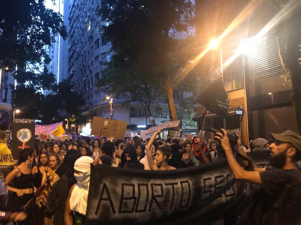 Mascarados se unem a ato contra a PEC 181 (Foto: Matheus Rodrigues/G1)