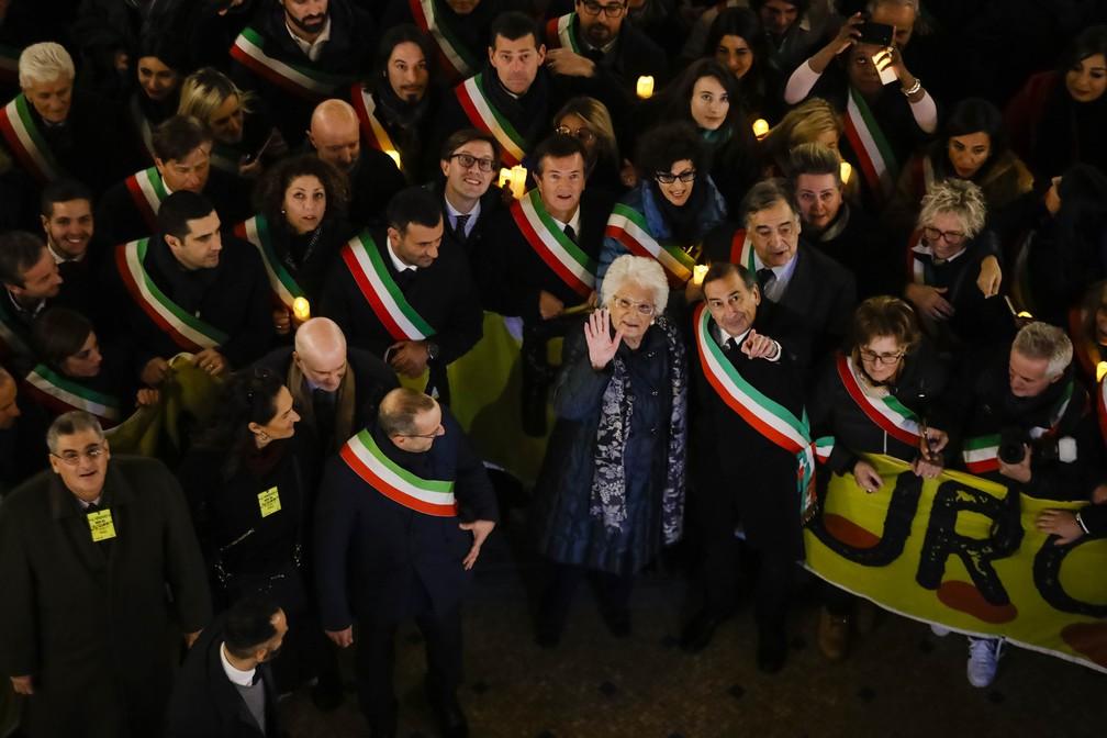 Liliana Segre, de 89 anos, foi fotografada junto ao prefeito de Milão, Giuseppe Sala, em uma demonstração de solidariedade que reuniu milhares de pessoas na cidade na terça-feira (10). — Foto: Luca Bruno/AP
