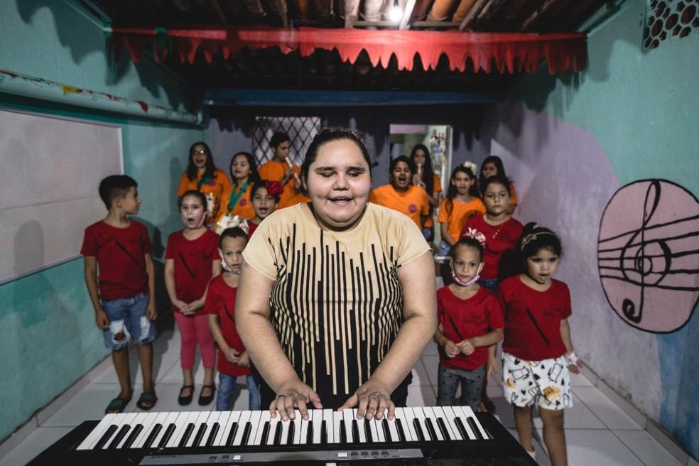 Maria de Fátima Carvalho, 28 anos, faz os pequenos enxergarem a arte com aulas de canto, flauta e teatro — Foto: Thiago Gadelha/Sistema Verdes Mares