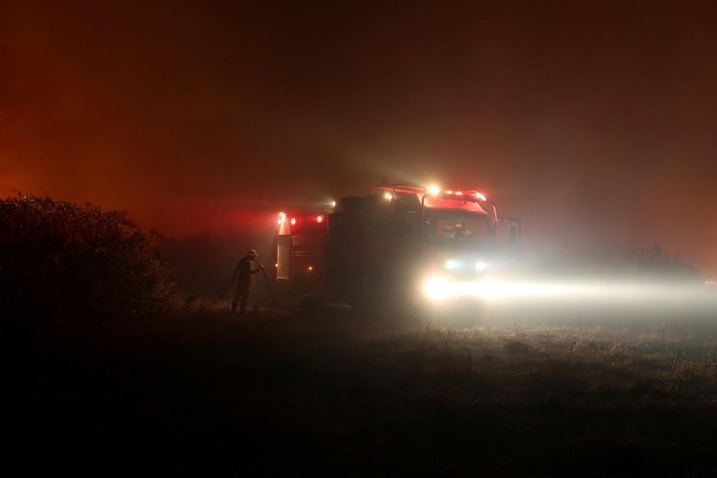 Bombeiros tentam apagar um incêndio em uma fazenda no Pantanal — Foto: Amanda Perobelli/Reuters