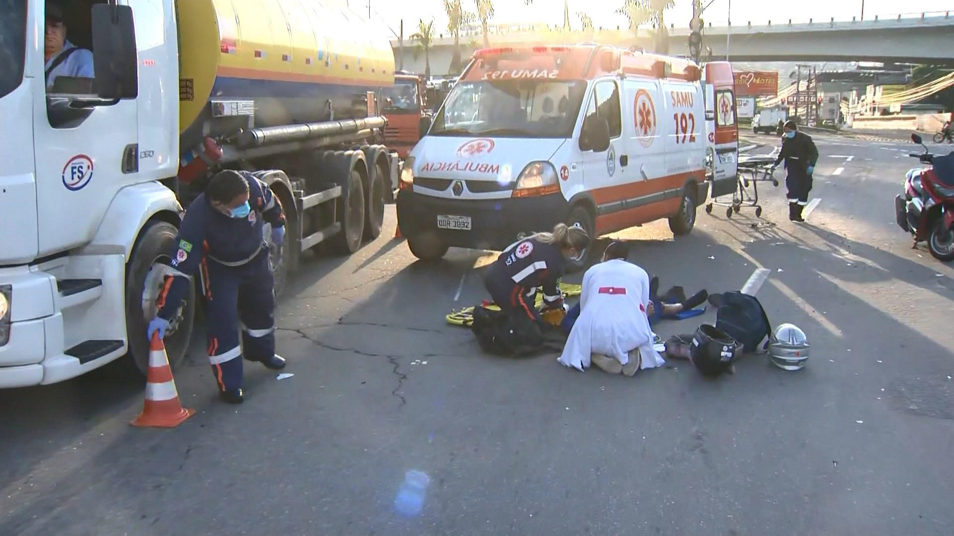 Motociclista perde controle da moto e cai na pista em Cariacica, ES