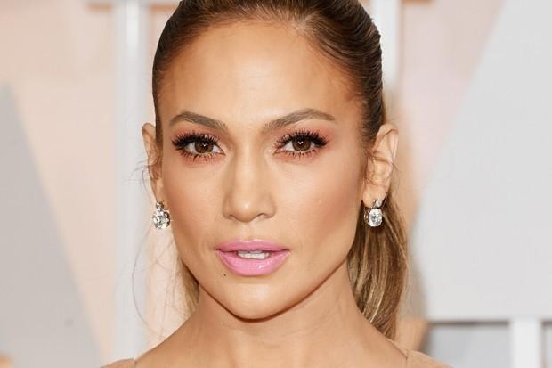 O batom rosa claro, como o de Jennifer Lopez, combina com mulheres românticas e delicadas (Foto: Getty Images)