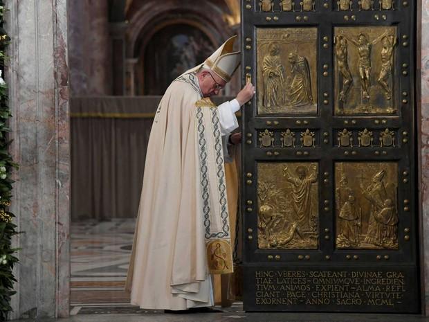 Papa Francisco fecha a porta, o que simboliza o encerramento do ano da Misericórdia, na Basílica de São Pedro, no Vaticano, no domingo (20)  (Foto: Tiziana Fabi/ Reuters)