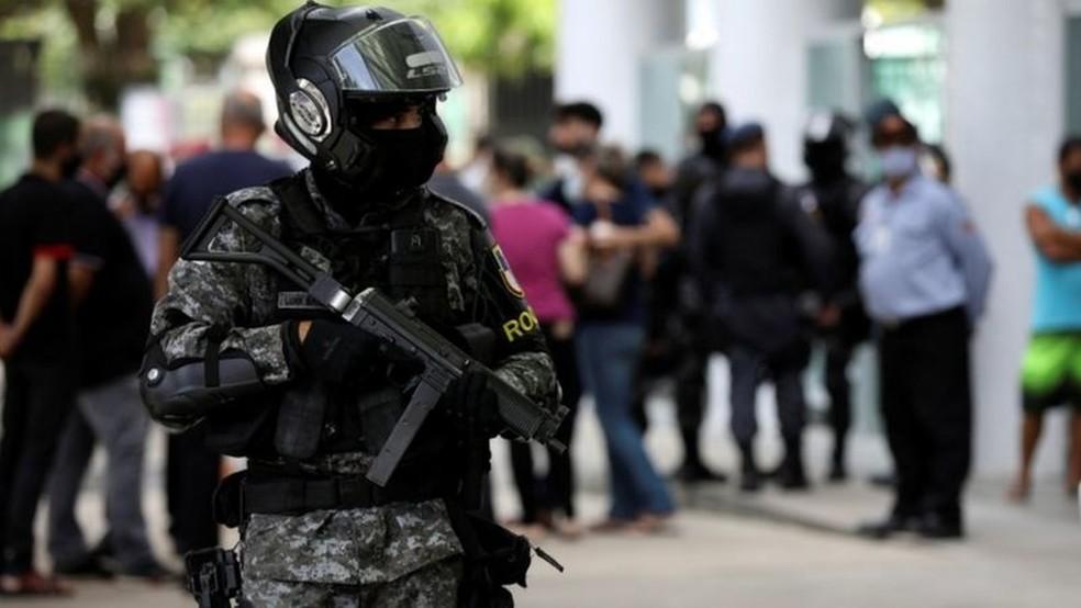 Policial faz patrulhamento em frente a hospital de Manaus — Foto: Reuters