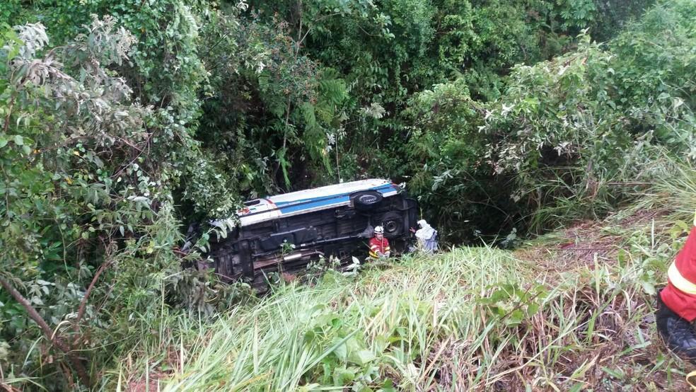 Ambulância caiu em barranco após acidente na Serra (Foto: VC no ESTV/*Telespectador pediu para não ser identificado)