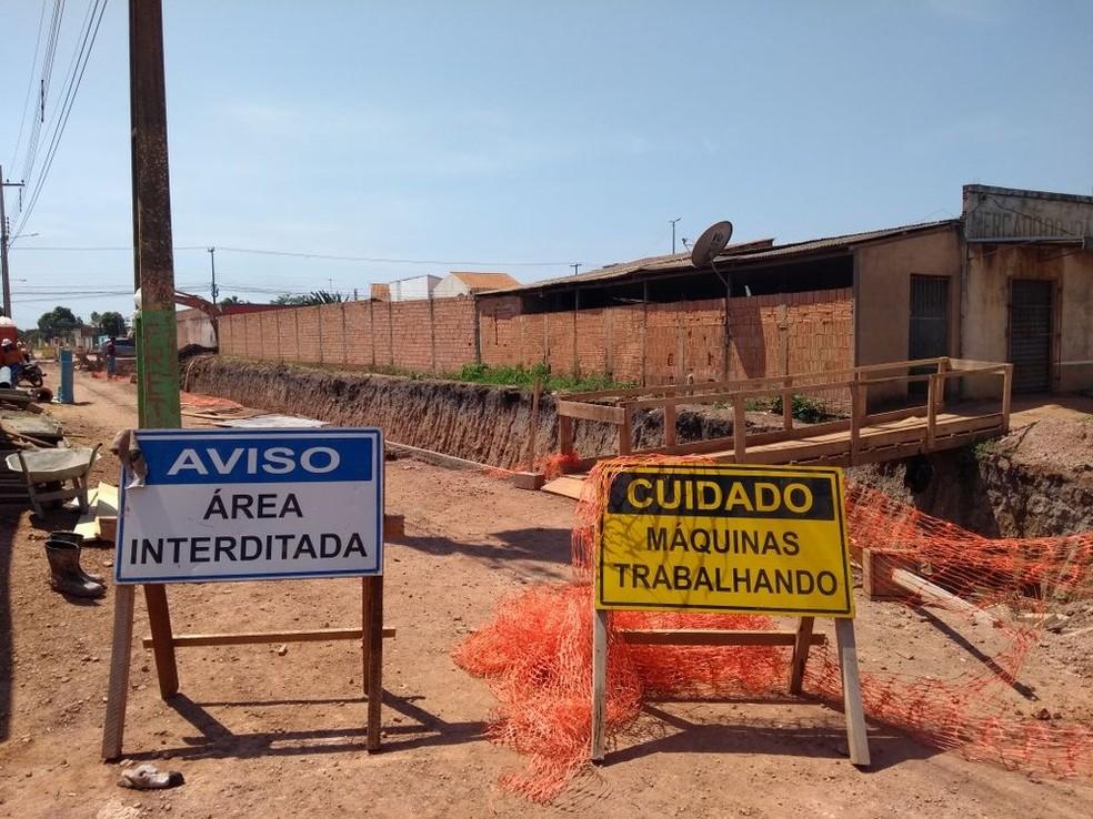 Trecho ficará fechado nas duas pistas por um mês.  (Foto: Cássia Firmino/G1)