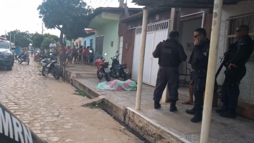 Homem foi morto na frente da casa onde morava, em Mossoró (Foto: Alcivan/Blog Fim da Linha)