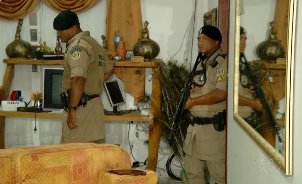 Casa foi revirada por criminosos — Foto: Reprodução/TV Anhanguera