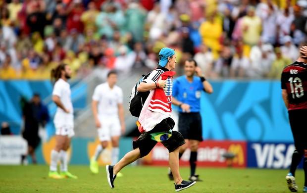 torcedor alemão invadiu o campo estádio Mané Garrincha Alemanha e EUA (Foto: Aldo Carneiro / Pernambuco Press)