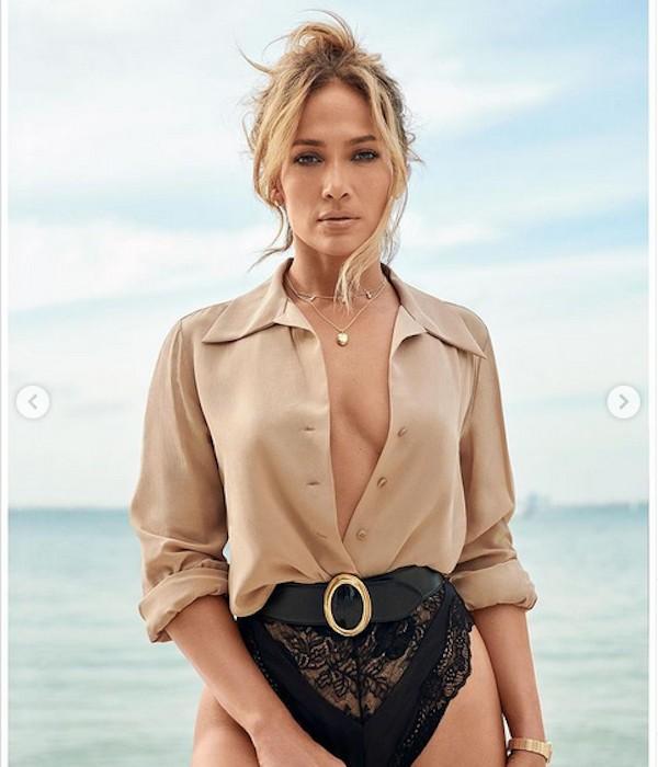 A cantora Jennifer Lopez em ensaio para a revista norte-americana InStyle Magazine (Foto: Divulgação/Instagram)