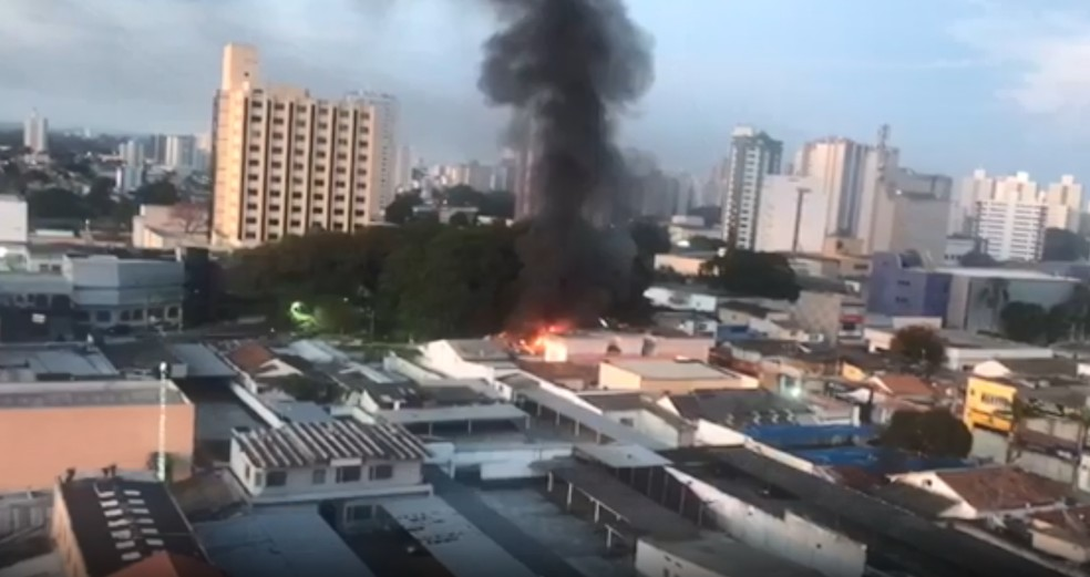 Incêndio atinge padaria na região central de São José. — Foto: Novo Vanguarda Repórter/Arquivo pessoal