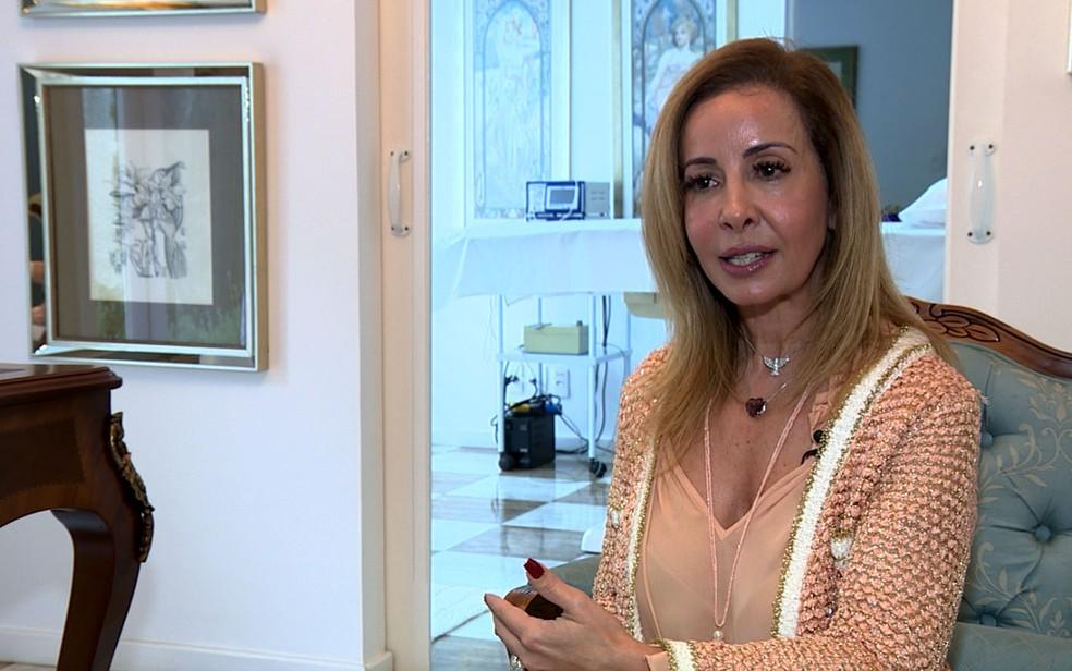 Claudia Marçal, dermatologista em Campinas, fala sobre riscos da má postura ao usar celular e tablet para a pele (Foto: José Braz / EPTV)