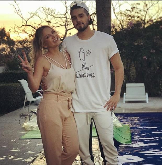 Eliana e Luan Santana na área externa da casa da apresentadora (Foto: Reprodução/Instagram)