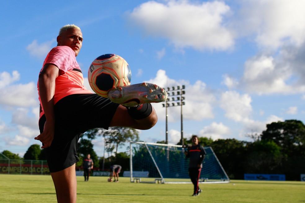 Mikael controla bola em treino do Sport — Foto: Anderson Stevens/Sport Club do Recife