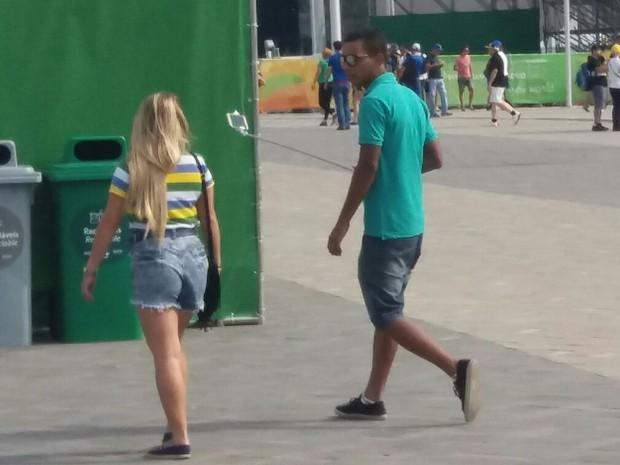 Torcedor entrou com pau de selfie no Parque Olímpico, apesar de proibição (Foto: Cristina Boeckel/G1)