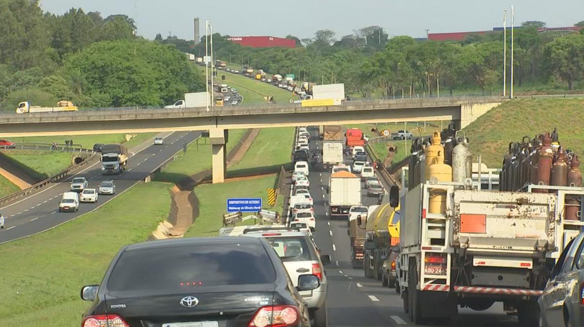 Obras provocam mais de 20 quilômetros de trânsito em rodovia de Rio Preto
