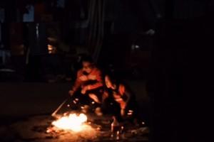 Fogueiras em homenagens aos mortos em um hutong de Pequim