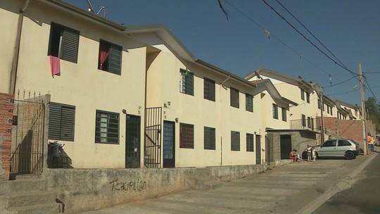 Esgoto escorre pelo teto e gera queixas em condomínio popular em Araras, SP