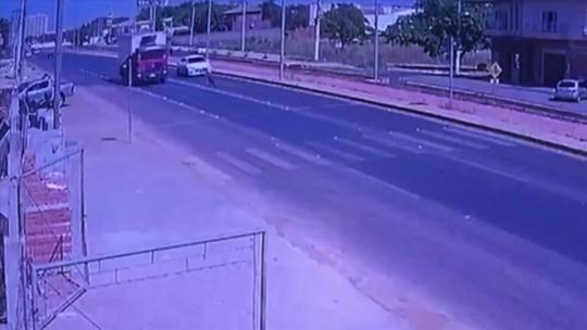 Criança atravessa rodovia correndo e é quase atropelada por caminhão em Cuiabá; veja vídeo
